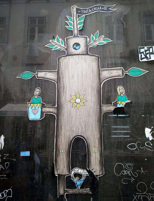 Ada Wanders/Włóczykijada. Tree shaped sticker on the window in Lisbon.