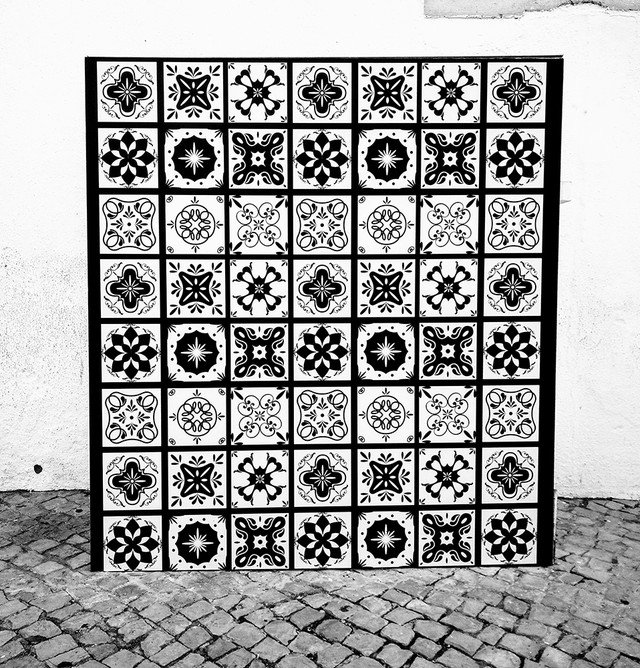 Ada Wanders/Włóczykijada. Street Art in Lagos. Monochromatic patterns of azulejos.
