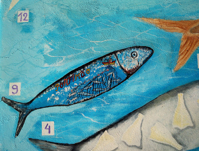 Ada Wanders/Włóczykijada. Street Art: Picture of fish with sign saying Portimão