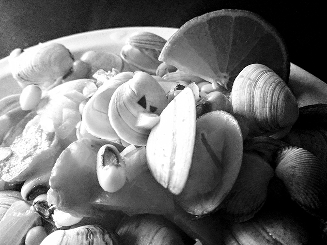 Ada Wanders/Włóczykijada. Clams cataplana in black and white.